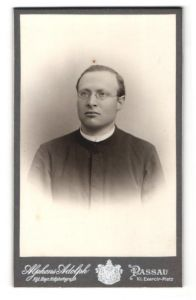 Fotografie Alphons Adolph, Passau, Portrait Priester mit Brille