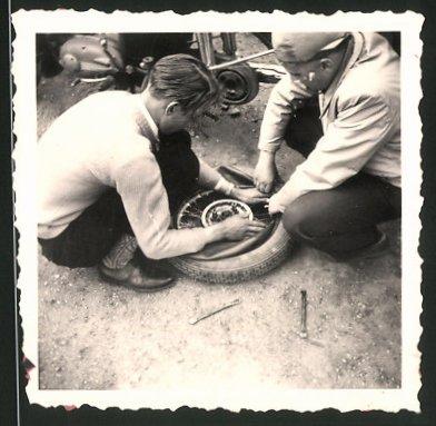 Fotografie Motorrad MZ, Burschen reparieren defektes Rad