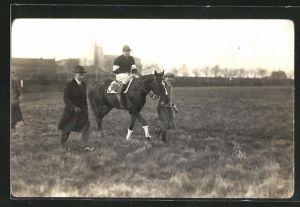Foto-AK Jockey auf seinem Rennpferd wird zum Start geführt