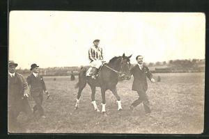 Foto-AK Jockey auf seinem Rennpferd wird zum Start geleitet