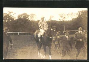 Foto-AK Jockey auf seinem Rennpferd mit Begleitern