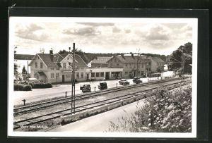 AK Mullsjö, Strassenpartie am Bahngleis mit Gebäudeansicht u. Autos