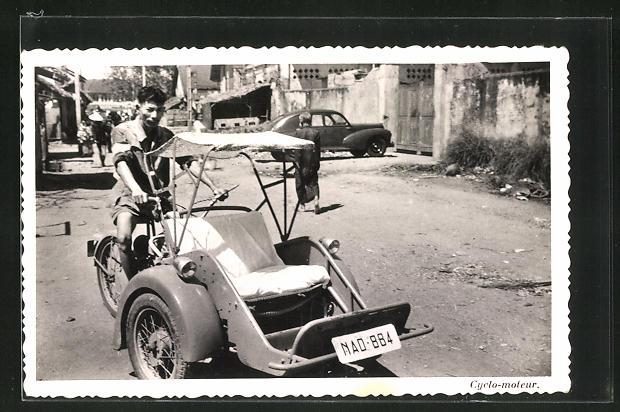 AK Cyclo-moteur, Strassenpartie mit Motorradfahrer