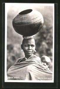 AK Afrikanische Frau trägt grosse Vase auf dem Kopf und Kind auf dem Rücken, afrikanische Volkstypen