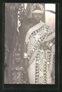 AK Afrikanische Mutter mit ihrer Tochter in traditioneller Kleidung, afrikanische Volkstypen
