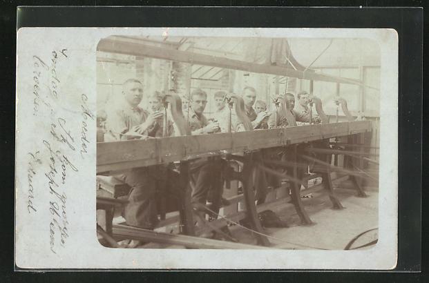 Foto-AK Schlosser in Werkstatt, Fabrikarbeiter
