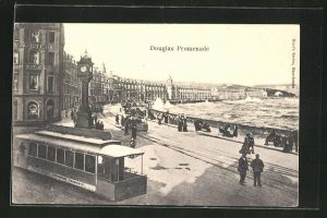 AK Douglas, Promenade, Strassenbahn mit sich brechenden Wellen an Quai