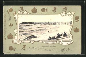 Präge-AK Blackpool, High Tide mit Seebrücke, Krone und Blumen als Goldprägung