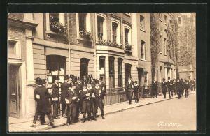 AK Eton, Etonians, Herren in Anzügen vor einem Haus