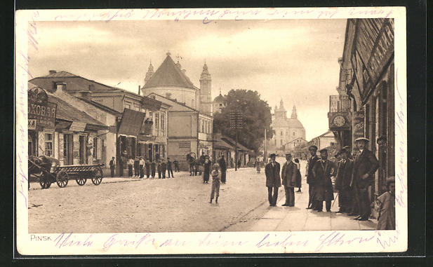 AK Pinsk, Strassenpartie mit Gebäudeansicht und Passanten