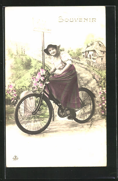 AK Junges Mädchen radelt mit dem Fahrrad über die Landstrasse