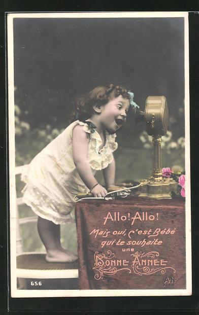 AK Kleines Mädchen steht auf einem Stuhl und spricht ins Telefon