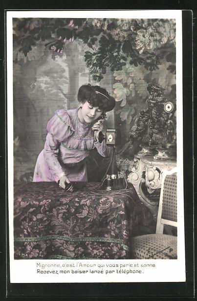 AK Junge Frau beugt sich über den Tisch und spricht ins Telefon