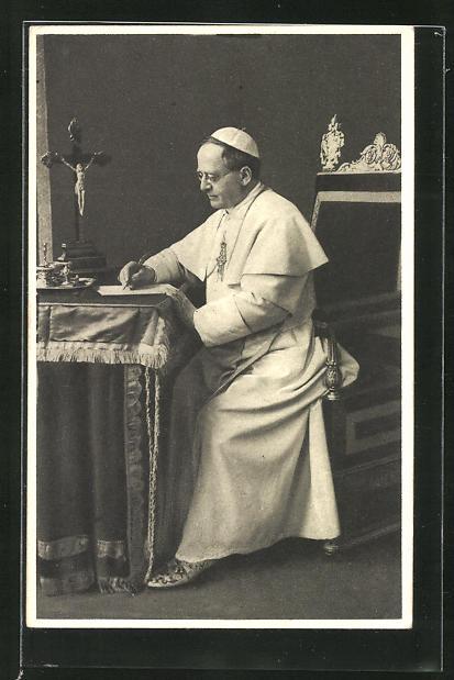 AK Papst Pius XI. verfasst einen Brief an seinem Schreibtisch