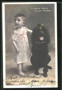 AK Kleinkind steht neben einem schwarzen Pudel