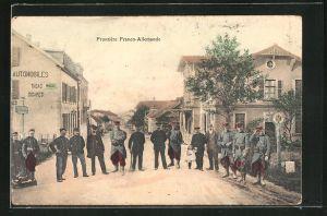 AK Frontiere Franco-Allemande, Soldaten in Uniformen an der Grenze