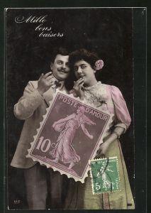 AK Mille bons baisers, junges Paar mit grosser Briefmarke