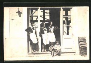 AK Bedienstete mit Kinder an einer Haustür