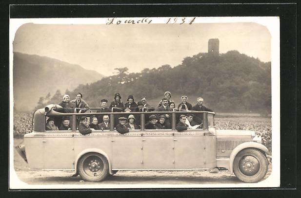 Foto-AK Menschen in einem Bus auf der Landstrasse, Garage Moderne Lourdes