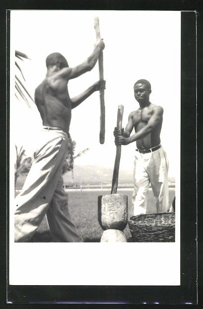 AK Junge afrikanische Männer beim Getreidemahlen 0
