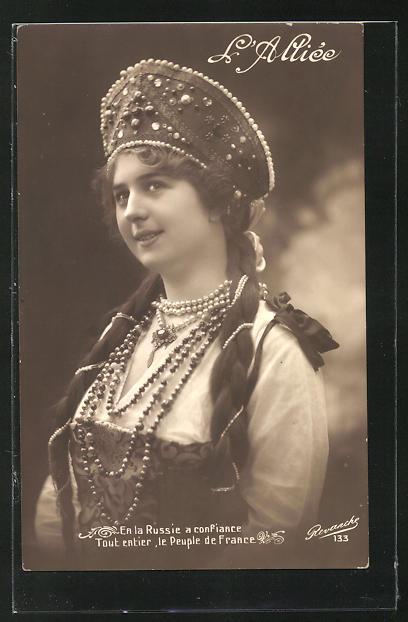 AK Junge russische Frau in schönem Trachtenkleid 0