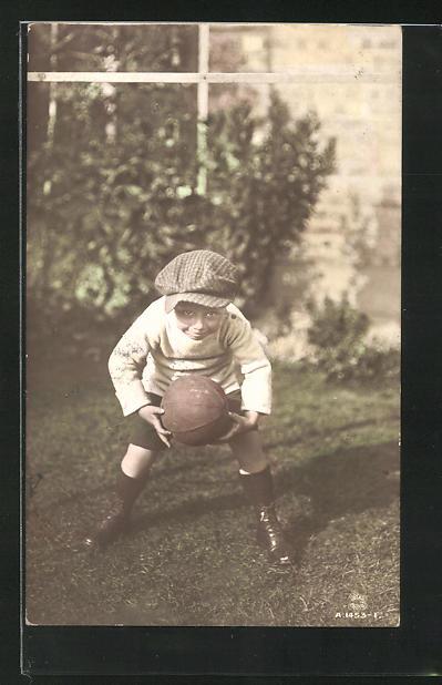 AK Kleiner Junge mit Mütze und einem Fussball 0
