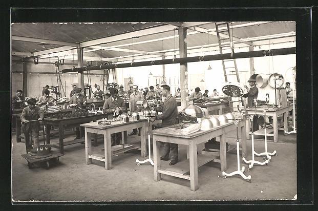 AK Fabrikhalle mit Arbeitern, Innenansicht