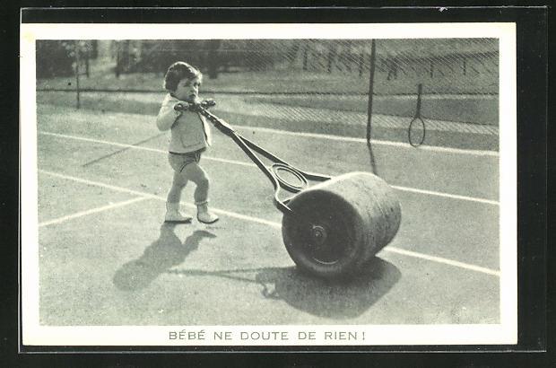 AK Kleinkind walzt einen Tennisplatz 0