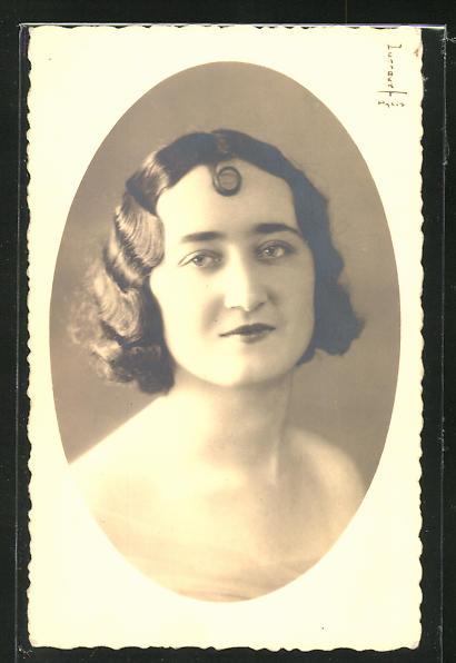 Foto-AK Dame mit modischer Frisur mit Stirnlocke 0