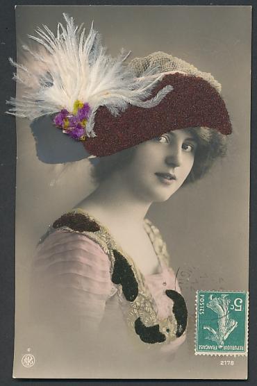 Filz-AK Dame mit Hut aus Filz und Federn 0