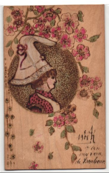 Holz-AK Frau mit grossem Spitzhut, Blüten am Zweig 0