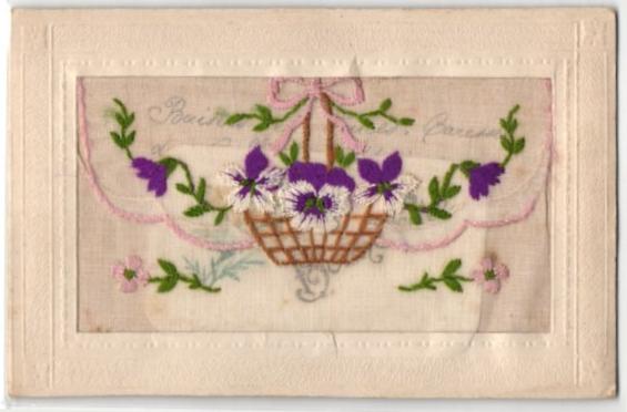 Seidenstick-AK Korb mit Stiefmütterchen als Stickerei auf einer Taschenklappe