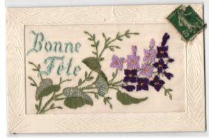 Seidenstick-AK Bonne Fete, Grussbotschaft mit lila Blumen