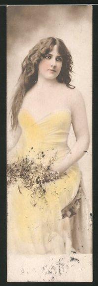 Mini-AK Schöne junge Frau mit offenem Haar und Blumenstrauss 0