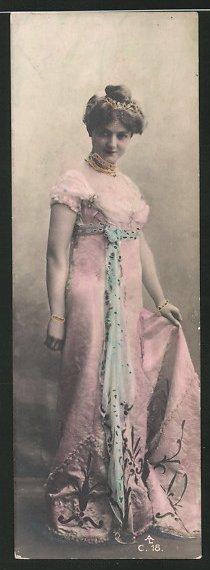 Mini-AK Schöne Frau in eleganter Robe