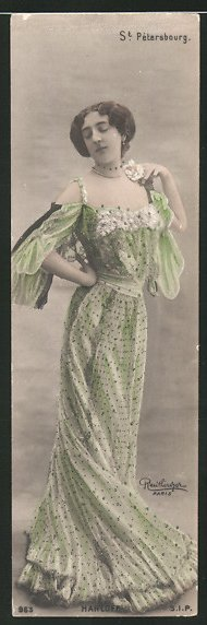Mini-Foto-AK Atelier Reutlinger, Paris: Madame Harloff in einem grünen Abendkleid 0