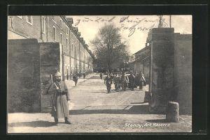 AK Stenay, Art. Kaserne mit Soldaten in Uniformen