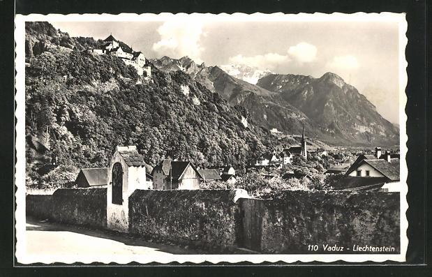AK Vaduz, Ortspartie mit Häusern und Alpenmassiv