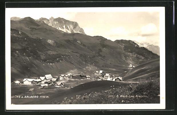 AK Zürs a. Arlberg, Gesamtansicht mit Alpenmassiv
