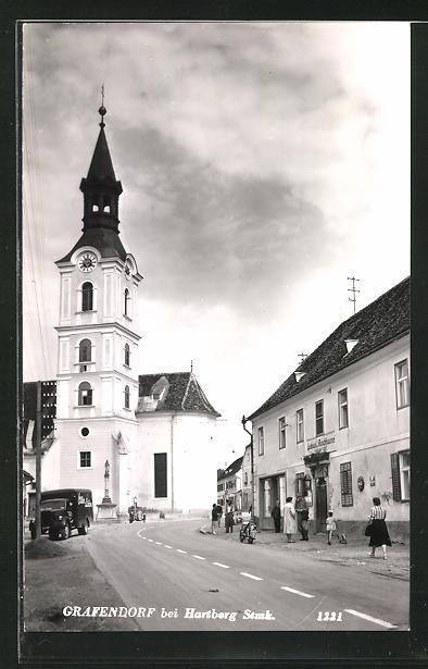 AK Grafendorf, Strassenpartie mit Kirche und Passanten