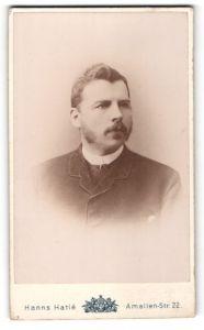 Fotografie Hanns Hatle, Dresden-A., Portrait Portrait bürgerlicher Herr mit Bart u. zeitgenöss. Frisur im Anzug