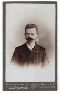 Fotografie Atelier Hirschweh, Berlin O., Portrait junger Herr mit Bart u. zeitgenöss. Frisur im Anzug