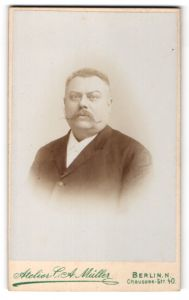 Fotografie Atelier C. A. Müller, Berlin N., Portrait älterer Herr mit Zwirbelbart u. zeitgenöss. Frisur im Anzug