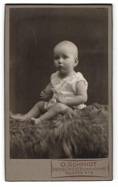 Fotografie O. Schmidt, Remscheid, Baby im Hemdchen