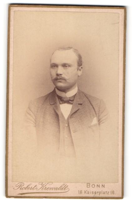 Fotografie Robert Krenvaldt, Bonn, Mann mit Einstecktuch und Weste
