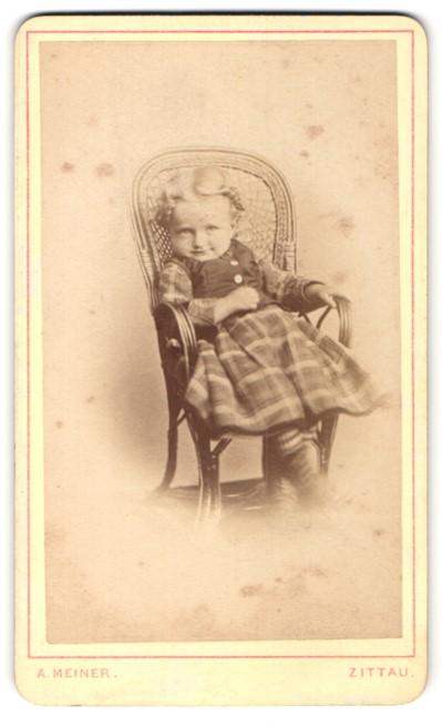 Fotografie Adolph Meiner, Zittau, kleines Mädchen mit kariertem Rock