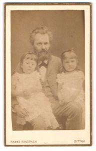 Fotografie Hanns Hanspach, Zittau, Mann mit Vollbart und zwei Mädchen