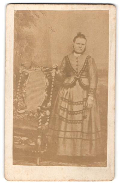 Fotografie G. H. D. Eggers, Soltau, Fraau in besticktem Kleid
