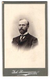 Fotografie Joh. Bornemann, Verden, Portrait bürgerlicher Herr mit Bart u. Krawatte im Anzug