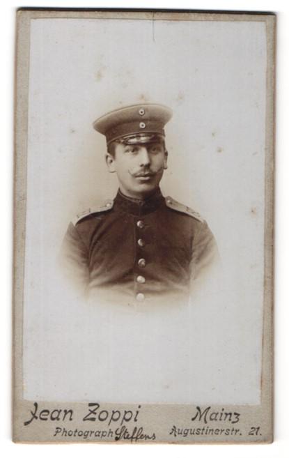 Fotografie Jean Zoppi, Mainz, Portrait Soldat in Uniform mit Zwirbelbart und Schirmmütze